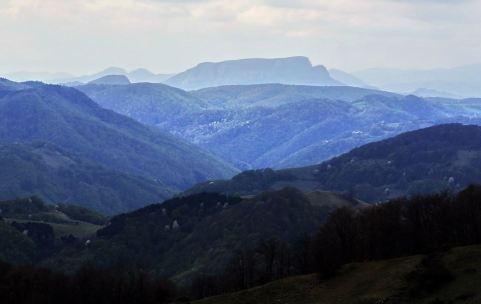 Vârful Vulcan, iar in stânga jos, Vârful Brădișor