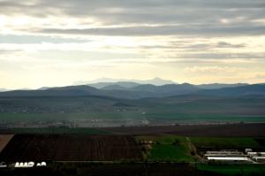 La orizont, Masivul Ceahlău, văzut de pe Stânca de la Şerbeşti