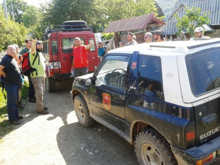 Transportând voluntarii spre traseul triunghi albastru. care începe din Dealul Geoagiului