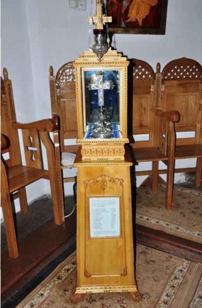 Cruce din argint, dăruită bisericii de către vornicul Alecu Sturza-Miclăușanu și soția sa Ecaterina în anul 1841. Conform textului de la intrarea în biserică , aici sunt câteva așchii din lemnul Sfintei Cruci