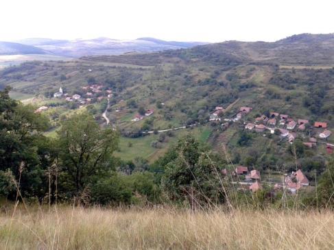 Versantul drept al văii, care străbate localitatea Glogovet. Datorită înclinării mai reduse a pantelor, satul se dezvoltă cu preponderentă la baza acestui versant