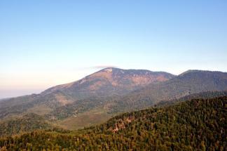 Vârful Hudin-1611 m, extremitatea vestică a crestei principale. Este vârful pe care îl avem tot timpul în partea stângă, când urcăm spre Vârfu Arcer