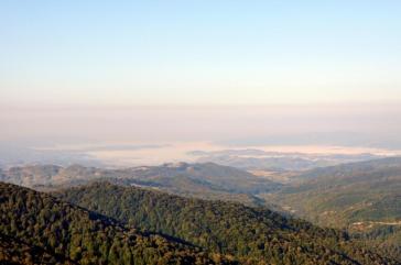 Depresiunea Lăpuşului, la orele dimineții văzută de pe brâna care asigură accesul spre Vârful Arcer (punct albastru)