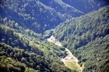Începuturile unor prospectări, în vederea exploatării minereurilor complexe, pe Valea Bradului. Aceste prospecțiuni au încetat imediat după '89. În prezent se dezvoltă o carieră de piatră, alături de urmele unei foste stații de epurare