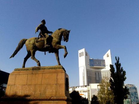 Chișinăul, ca de altfel întreaga Republică Moldova este un spațiu al contrastelor. Aflată la granița dintre două realități geo-politice, cea occidentală și cea rusească, două sisteme diferite și antagonice, acest stat inventat, propune o grămadă de simboluri, aflate într-o opoziție totală. De exemplu, înscriindu-se pe un drum, al integrării europene și, de ce nu, pe un drum al unirii cu România, în Chișinău, statuia eroului haiduc, al războiului civil din Rusia pentru unii, bandit notoriu în realitate, tronează liniștită în piața din fața hotelului Cosmos. GRIGORII KOTOVSKI-bandit notoriu, se remarcă prin jafuri organizate împotriva persoanelor private, înstărite, jafuri care vizau băncile, violator și un conducător al lumii criminale din Basarabia. Este condamnat de mai multe ori, inclusiv cu pedeapsa capitală, în 1916, schimbată ulterior în muncă silnică pe viață, dar Războiul Civil din Rusia, din 1917, îl salvează, acesta fiind trimis pe frontul din România, unde îmbrățișează ideile bolșevice. Când frontul se rupe, pleacă spre Ucraina, unde pradă tot ce îi iasă în cale. Războiul Civil din Rusia, îl prinde în fruntea unor detașamente de călăreți, care firesc, prădau. In scurt timp, obține și prima funcție în cadrul Armatei Roșii, avidă după astfel de personaje. Conflictul din Ucraina, desfășurat în zile noastre, confirmă aceste lucruri... Ajunge în 1925, locțiitor al Ministrului Apărării din URSS. ...dar, poate, ce ne interesează pe noi mai mult, este participarea lui activă, la înființarea Republicii Autonome Sovietice Socialiste(RASSM), cu capitala la Balta (precursoarea Transnistriei, la acea vreme, fiind alcătuită din opt raioane ale regiunii Odessa), fiind desemnat ca omul din teren al lui Stalin, locul unde acesta din urmă, a creat omul moldovean și limba moldovenească. Se urmărea astfel, prin această republică sovietică, așezată în coasta României, propagarea și destabilizarea României Regale, prin idei bolșevice și de aici, mai departe, propagarea lor, în 