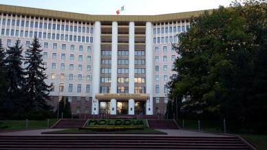 Clădirea Parlamentului Republicii Moldova- în 2009, în timpul protestelor care au cuprins capitala republicii, etajul trei este incendiat. Protestele au avut ca și punct de plecare, fraudarea alegerilor parlamentare, la acea dată, comuniștii, înregistrând aproape 50% din voturi, printre preferințe