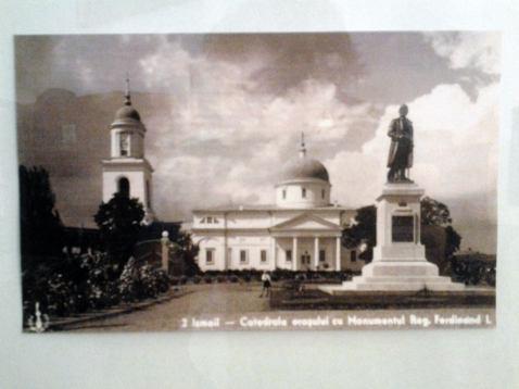 Ismail, Ucraina - Catedrala orasului cu Monumentul Regelui Ferdinand I. În perioada interbelică, Ismail-ul, era parte componentă a Regatului României. Lângă catedrala din centrul orașului, trona, statuia Regelui Ferdinand I. După ruperea țării, statuia a dispărut. Unele surse o dau că ar fi la Tulcea. În locul ei, tronează generalul pe cal, Suvurov, care are și în România o statuie, pe lângă Râmnic.