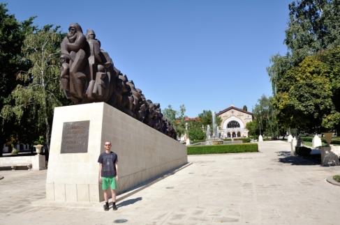 """Alex, în fața în fața monumentului ridicat în memoria victimelor deportărilor staliniste. Este interesant faptul, că acest monument a fost dezvelit în 23 august 2013, după 23 de ani de tărăgănare. La ceremonia de dezvelire, nu a participat nici o persoană din conducerea Republicii Moldova (președintele Nicolae Timofti și premierul din atunci, Iurie Leancă) Autorul lucrării """"Trenul durerii"""" este sculptorul Iurie Platon."""