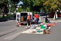 O imagine pe care am mai întâlnit-o și în alte orașe pe care le-am vizitat, în spațiul estic. Nimicuri, care se vând, la drumul mare, pe trotuare. Aici, suntem în zona Gării Feroviare din Chișinău
