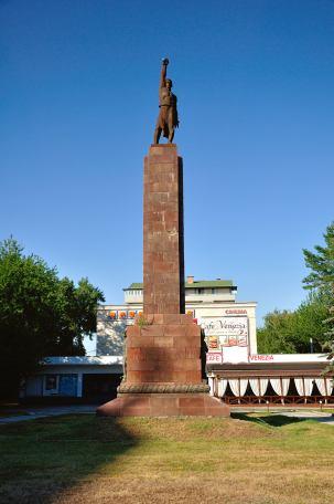 Monumentul luptătorului pentru puterea sovietică-stă liniştit, încă din 1966, în faţa cinematografului Gaudeamus, din Chişinău. Puterea sovietică în proaspăta Republica Sovietică Socialistă Moldova, a fost instaurată, în următorul fel: la începutul lui 1941, preocuparea intensă pentru lupta sovietică în Moldova, este ilustrată de alegerea în Sovietul Suprem, pe lângă alți membrii marcanți, dintre care doar unul era localnic, basarabean și anume Semion Timosenko(Mareşalul Uniunii Sovietice), a lui Stalin, Hrușciov, Molotov, Kalinin. Tot în acea perioadă, reprezentantul sovietic în regiune, cere Moscovei, aprobarea deportării pentru încă 5000 de elemente contrarevoluționare și a membrilor familiilor acestora, într-un final, ajungându-se la suma de aproximativ 25.000 de oameni, în marea lor majoritate români. Aceștia au fost catalogați ca elemente antisovietice, dușmani de clasă, reprezentanți ai burgheziei românești, cotropitoare, ei fiind mutați în gulagurile din Republica Kazahstan și Komi, Kirov, Krasnoiarsk, Novosibirsk și Omsk. În acest mod, luptătorul pentru puterea sovietică, a ținut să își impună puterea