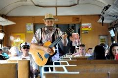 Viața merge înainte în Ucraina. Imagine cu un cântăreț ambulant, surprinsă în trenul care ne-a dus de la Odessa la Bugaz, străbătând limba îngustă de pământ, care desparte marea de gura de vărsare a Nistrului: Limanul Nistrului