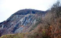 Abruptul calcaros, cu pante de grohotiş, dezvoltat la marginea Dealului Măgurii