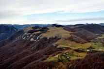 Dealul Măgurii, un platou calcaros, având o altitudine maximă de 1182 m