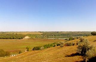 Peisaj specific reliefului din sudul Câmpiei Moldovei, cu prăbușiri de maluri, suprafețe largi și netede. Imagine surprinsă din tren, în zona bazinului hidrografic al Râului Bîc