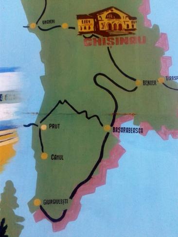 Lungimea căilor ferate cu ecartament larg din Republica Moldova este de 1218 km. Vitezele de circulație diferă de la o zonă la alta. Pe ruta Ungheni - Chișinău se găsesc cele mai multe restricții (zonă de mlaștină la Ungheni, zonă de dealuri înalte la Bumbăta și Cornești), iar viteza maximă nu depășește 60-70 km/h, în timp ce între Ungheni și Ocnița, trenul poate atinge și menține 100 km/h pe distanțe însemnate. Sursa: http://www.forumtrenuri.com, userul @mishu88