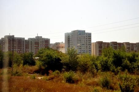 Blocuri de locuit, într-o regiune, în care oamenii ori își fac rost de pașaport românesc pentru a pleca în UE ori pleacă în Rusia, la lucru. Aici, rămân doar pensionarii, a căror pensie, este suportată și de statul rus. Republica Moldova, nu contribuie cu nimic