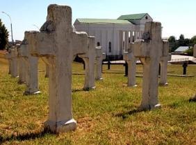 Crucile puținilor soladati rămași aici, vopsite în alb, contrastează puternic cu celelalalte cruci, din marmură neagră
