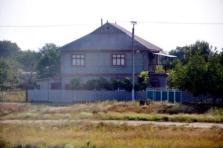 O casă cenușie, în zona gării din Tighina