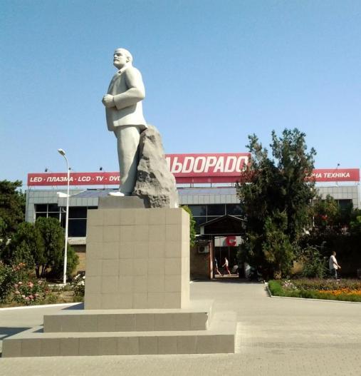 Lenin în fața autogării