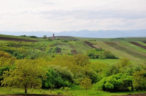 Biserica văzută din vârful dealului