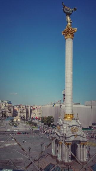 Monumentul independenței Ucrainei din Piața Maidan cu statuia femeii (Bereginia) în vârf