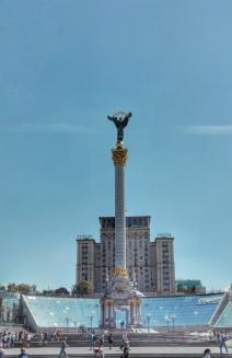 Hotelul Ucraina cu terasa și Monumentul Independenței în fața lui