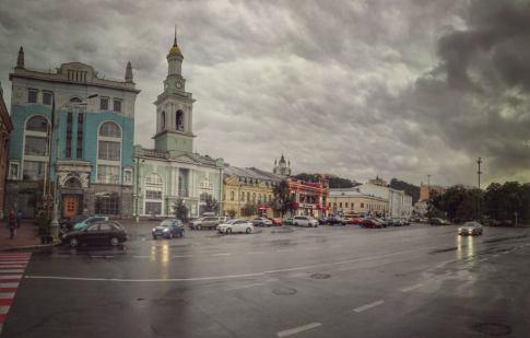 Piața Contractului sau Kontraktova Ploscha cu fosta biserică greacă, acum doar una din clădirile anexe ce alcătuiesc sediul Băncii Naționale a Ucrainei