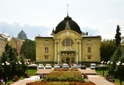 Teatrul O. Kobyleanskaya (fostul Teatru Național) din Cernăuti, localizat în Piață Teatrului (fostă Piată V. Alecsandri)