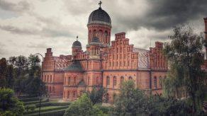 Inițial a fost Mitropolie a Bucovinei, ca mai apoi să devină o prestigioasă universitate din Imperiul Austro – Ungar. Sursa: www.drumliber.ro