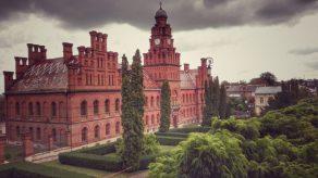 Din anul 1918, universitatea de aici, a purtat numele lui Carol I, apoi din 1940 a devenit Universitatea de Stat din Cernăuți.Sursa: www.drumliber.ro