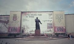 Statuia poetului național ucrainean Taras Sevcenko, din zona centrală a orașului, iar în fundal pe un baner uriaș, se amintește de marcarea a 601 de la prima atestare documentară a Cernauțiului de către Oleksandr Dobrovo (Alexandru cel Bun)