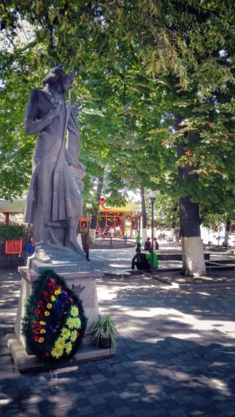 Statuia lui Mihai Eminescu a fost dezvelită la Cernăuți pe 15 iunie 2000, într-un mic scuar al Pieței Teatrului. Autor: Dumitru Gorșcovschi