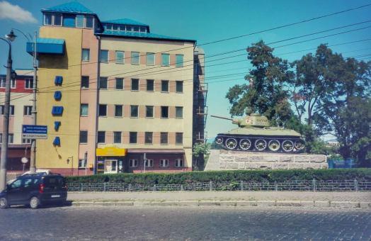 Tancul sovietic, simbol propagandistic al victoriei Uniunii Sovietice împotriva Germaniei Naziste, întâlnit în apropierea gării din Cernauţi