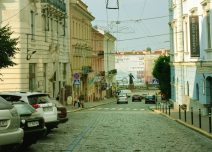 """Strada Ivan Franko cu debușeul """"fericit"""" în Piața Centrală, mărginită pe una din laturi de monumentul poetului Taras Sevchenko (în fundal)"""