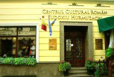 """Clădirea Centrul Cultural Român """"Eudoxiu Hurmuzachi"""", locul unde își desfășoară activitatea un restaurant cu specific românesc (Cafeneaua București) și o librărie, având cărți tipărite în limba română. Centrul a apărut în 2015 și este situat pe bulevardul pietonal Olga Kobileanska, fostă Iancu Flondor în perioada interbelică"""