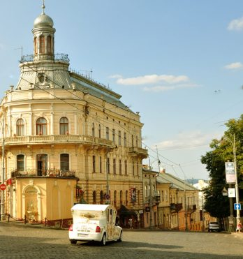 Clădire aproape de centrul orașului, mărginind pe stânga coborârea spre gară, ce pare a îmbrăca forma unui vapor