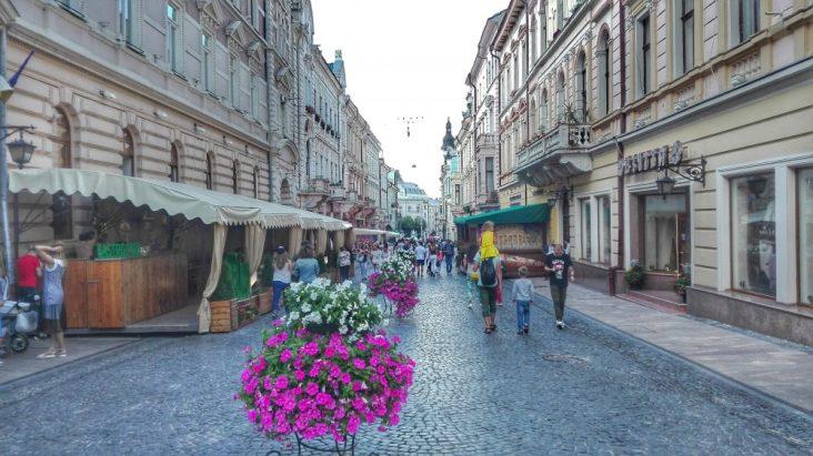 Terase înfiripate la parterul clădirilor vechi își așteaptă turiștii însetați, pe Olga Kobileanska