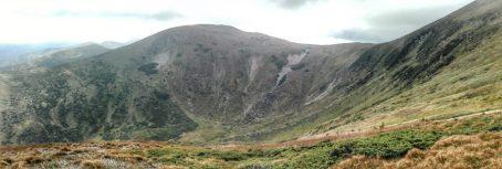 Căldare glaciară dezvoltată între Vârful Hovârla și Vârful Brescu. Între aceste două vârfuri, răul Prut își află izvoarele, prin două mici pâraie