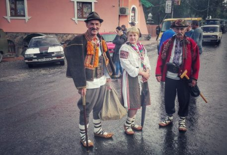 Huțuli în portul lor tradițional, pe străzile orașului Rahiv (Rahău), în zi de sarbătoare