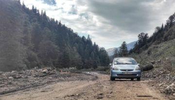 Orice drum forestier trebuie parcurs cu atenție, atunci când mașina cu care ne deplasăm nu este înzestrată cu tracțiune 4x4 și o gardă generoasă. Nici Valea Socalaului nu face notă discordantă de la această idee, dar pe o bună bucată de câțiva km, starea aproape ireproșabilă a forestierului, ne-a făcut să tragem concluzii priprite. După acești km, drumul s-a degradat foarte mult, fiind nevoiți ca la întâlnirea dintre două văi, lângă un vagon al muncitorilor forestieri să lăsăm mașina