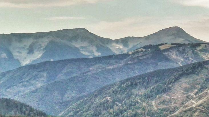 Maiestuoasele culmi, ale Mihailecului (1957m) și Farcăului(1918m) și relieful glaciar rezultat sub acestea