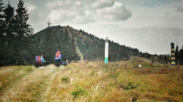 Odată ajunși în platoul montan unde bornele de frontieră se înșiră urmărind fidel cumpăna de ape dintre râurile ce coboară vijelios pe cei doi versanți românești și ucraineni ai Munților Maramureșului, Vârful Stogu este foarte ușor de reperat. Fâșia de frontieră, formată prin defrișarea pădurii, este vizibilă de departe, pe ea, temerarul montan urcând fără mari probleme până la altitudinea de 1657 m