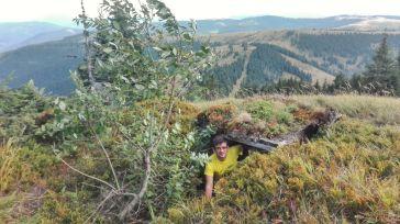 Fac pe soladatul sovietic sau pe grănicerul ucrainean, într-un mic tranșeu mascat de vegetație întâlnit pe Vârful Stogu, pe frontiera de Nord a României