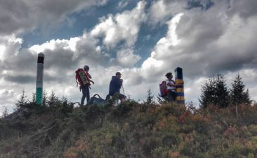Îmbrățișând la propriu o bornă de frontieră ucraineană, după urcul greu pe Muntele Steavul (1745m)