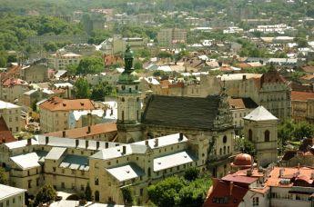 Biserica și Mănăstirea Bernardină (rît greco-catolic), străjuiește intrarea în zona centrului istoric