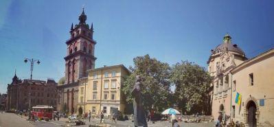 Strada Podvalna, mărginită pe o parte de linia de tramvai, de altfel un mijloc de transport foarte specific acestui oraș, având turnul Bisericii Valahe și statuia lui Ivan Fedorov, pe cealaltă parte