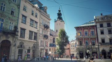 Strada Catedralei, având ca și origine a numelui, una din bisericile romano-catolice din oraș, al cărui turn apare de altfel și în această imagine. Pleacă de langă clădirea primăriei și sfârșește imediat ce Piața Ryanok se termină