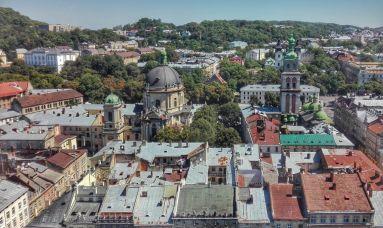 Biserica ortodoxă Adormirea Maicii Domnului sau Biserica Valahă (în stânga) și Biserica și Mănăstirea Benedictină în partea dreaptă (confesiune romano-catolică)