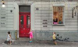 Magazine inedite, create pentru a lua ochii turistului. În imagine câțiva copii, jucându-se cu baloanele de săpun ce ies ademenitor pe geamul unei prăvălii specializate în comercializarea săpunului, înzestrat doar cu mirosuri fine, naturale. Totul se petrece bineînțeles, pe străzile centrului istoric al Liovului