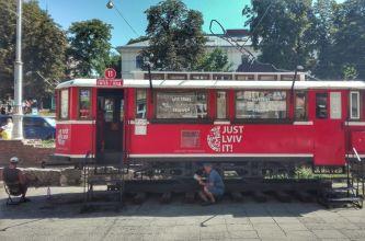 Orașul nu duce lipsă nici de improvizații inedite. Un vechi vagon de tramvai este transformat în magazin de suveniruri, iar la umbra lui, pensionari plictisiți, angajați pe post de comercianți, așteaptă turiștii dornici de suveniruri dragi